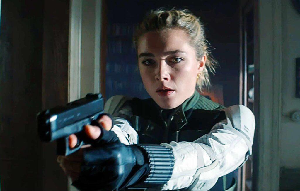 Yelena Belova segura uma arma apontada para camera.
